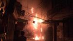 Gia đình đi nghỉ mát, nhà 3 tầng cháy rừng rực trong đêm