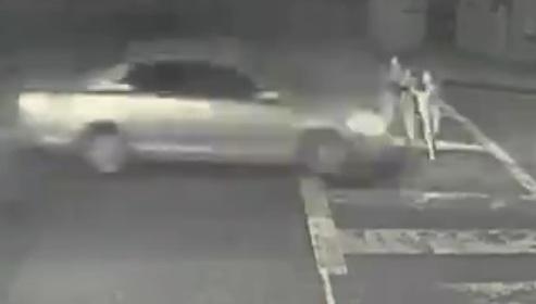 Bất cẩn khi sang đường, bé 5 tuổi và 2 phụ nữ bị ô tô húc bay