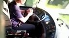 10 clip 'nóng': Cái kết đau đớn cho tài xế buýt gọt táo ăn trên cao tốc