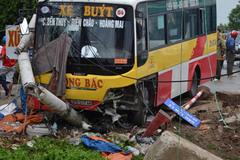 Xe buýt đâm gãy cột điện, tông chết lái xe ôm bên đường
