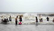 Đưa cả trẻ con hồn nhiên giỡn sóng trước bão ở biển Sầm Sơn