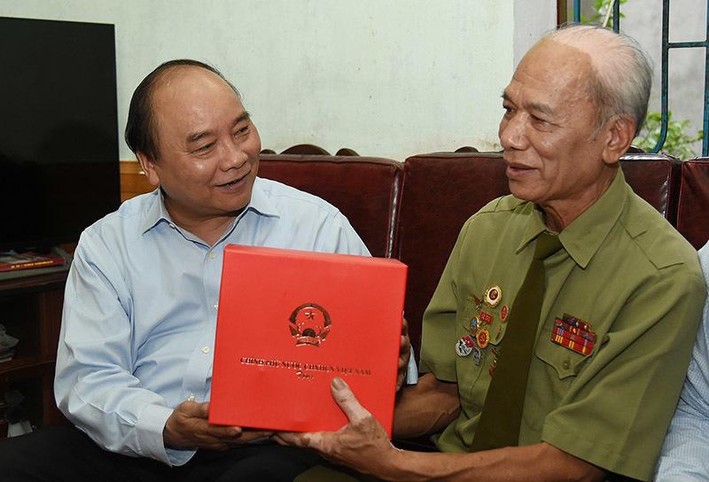 Thủ tướng viếng các anh hùng, liệt sĩ Trung đoàn Tây Tiến