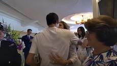 Lập kỷ lục vô địch Wimbledon, Federer hôn vợ thắm thiết