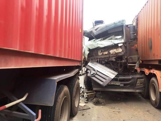 Kẹt trong xe tải biến dạng, phụ xe đau đớn kêu cứu