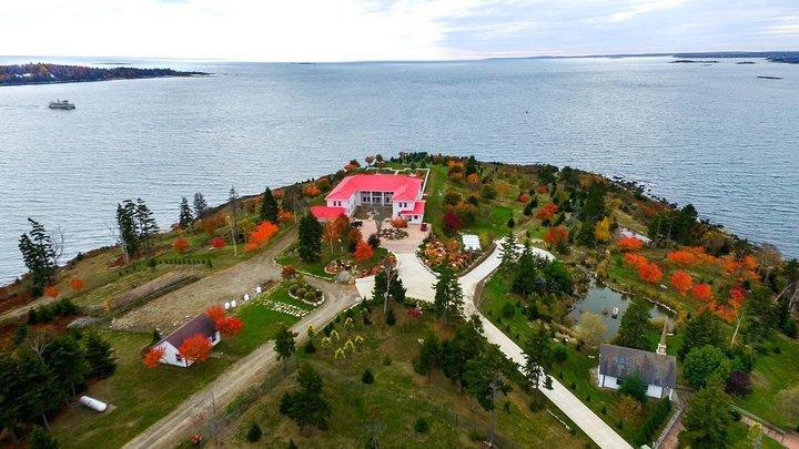 Hòn đảo, Khu nghỉ dưỡng, Chuyện lạ