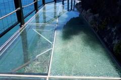 Khách thăm quan dùng đá đập nứt cầu kính mới khai trương ở Đài Loan