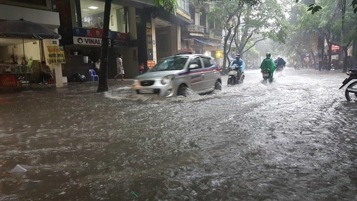 Hà Nội mưa lớn, nhiều phố mênh mông nước