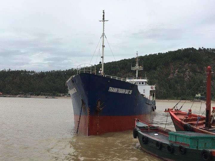 Chìm tàu chở than trong bão, 2 người chết, 4 người mất tích