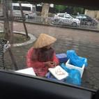 Câu chuyện cụ bà đội mưa bán trứng và bài học làm từ thiện