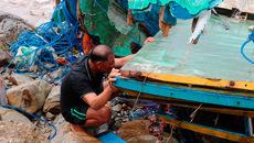 Dân Quảng Bình trục vớt từng mảnh tàu cá vỡ vụn sau bão