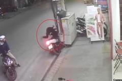 Phóng như 'ma đuổi', thanh niên lao xe máy cắm đầu vào cột điện