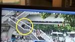 Người phụ nữ thiệt mạng vì mải xem điện thoại khi xuống cầu thang