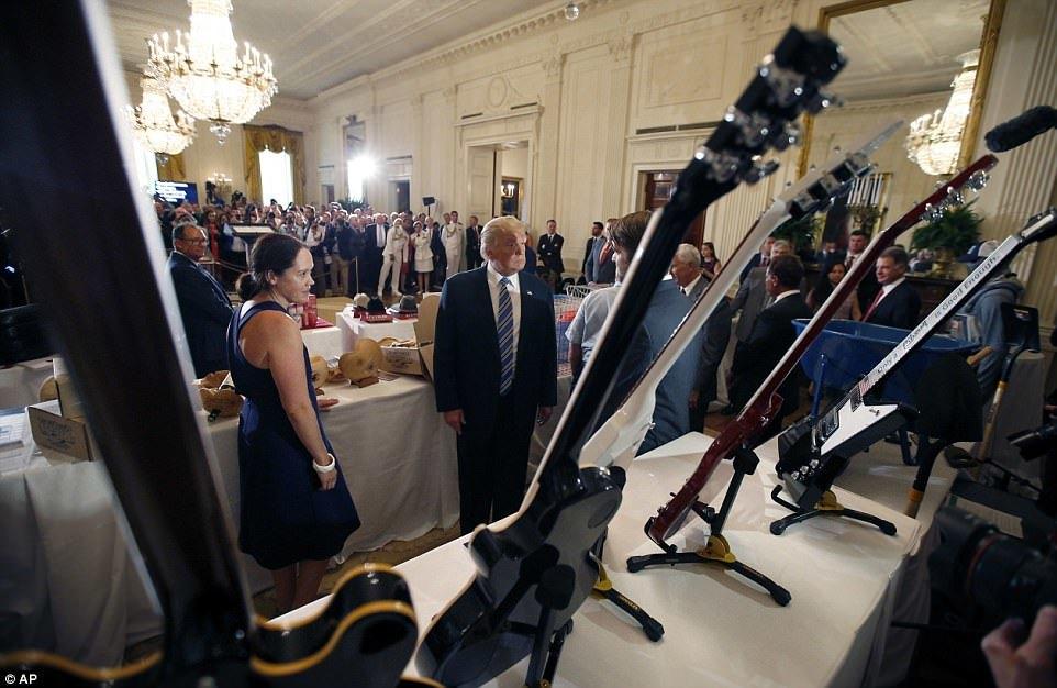 Ông Trump ngồi xe cứu hỏa, kêu gọi dùng hàng nội