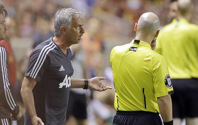 Mourinho lý giải về thẻ đỏ oái oăm của Valencia