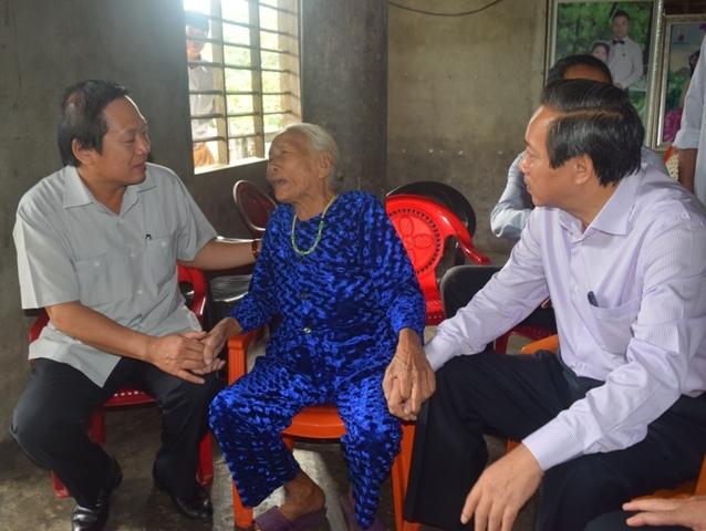 Bộ trưởng Trương Minh Tuấn tặng quà các gia đình chính sách