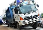 Xe chở rác sụp hố giữa trung tâm Sài Gòn, tắc đường nghiêm trọng
