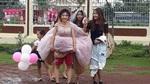 Cô dâu 9X mặc quần đùi, đi giày thể thao trong đám cưới gây bão mạng