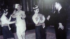 Hình ảnh Bác Hồ múa lăm vông cùng Quốc vương Lào