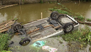 Đứng xem câu cá, bị ô tô đâm chìm xuống mương