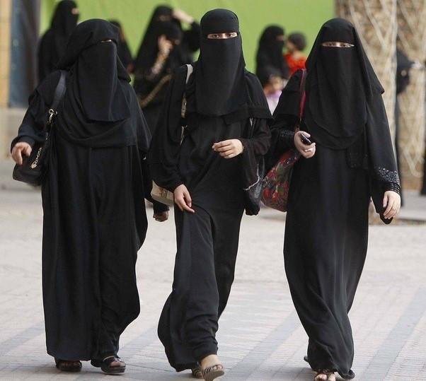 Cô gái bị bắt vì thản nhiên mặc váy ngắn đi bộ ở Saudi Arabia