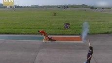 Xem vận động viên thi chạy với máy bay chiến đấu
