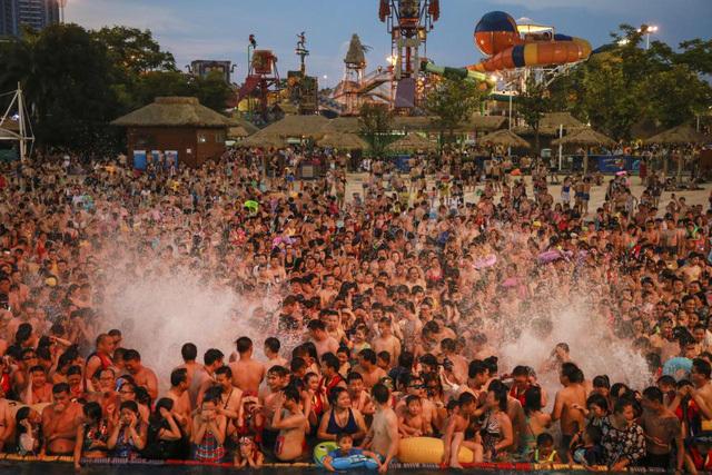 Nghìn người Trung Quốc chen kín mít bể bơi trong ngày nóng 50 độ