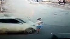 Dán mắt vào điện thoại khi qua đường, cô gái bị ô tô đâm tử vong