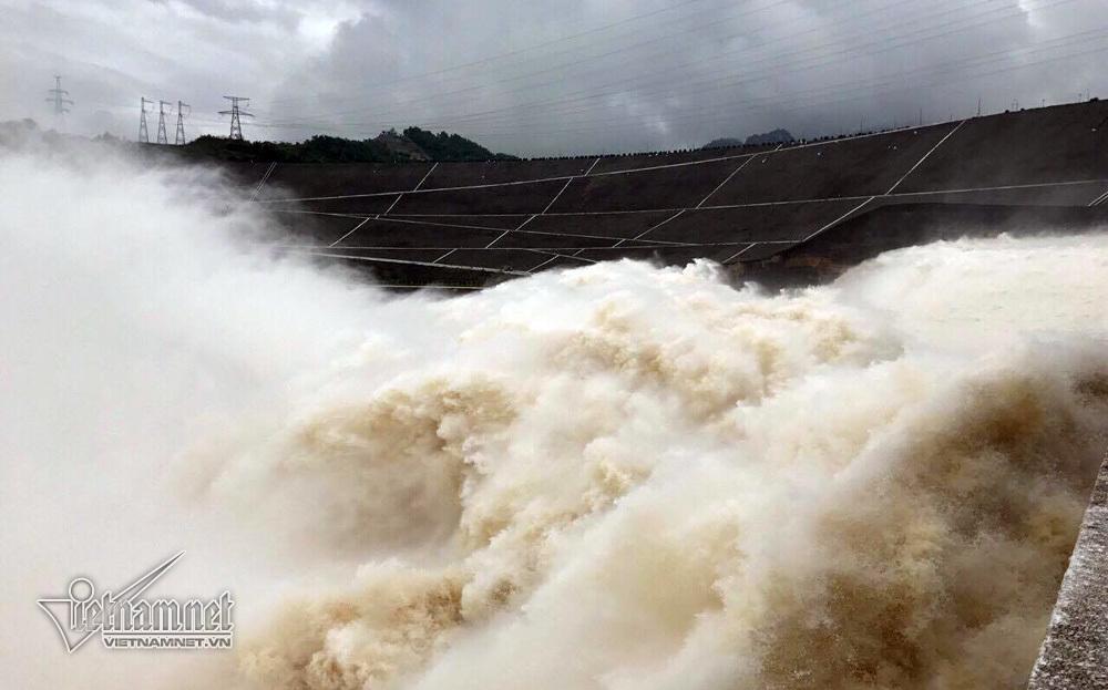 Bất chấp nguy hiểm, người dân ùn ùn xem thủy điện xả lũ