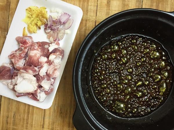 Cách làm thịt kho nước dừa đưa cơm ngày mưa