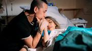 Khoảnh khắc người chồng cùng vợ vượt cạn lay động dân mạng
