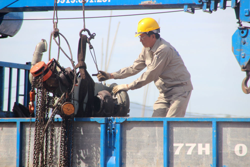 Ráo riết khắc phục sự cố tàu vỏ thép rỉ sét gần 20 tỷ nằm bờ