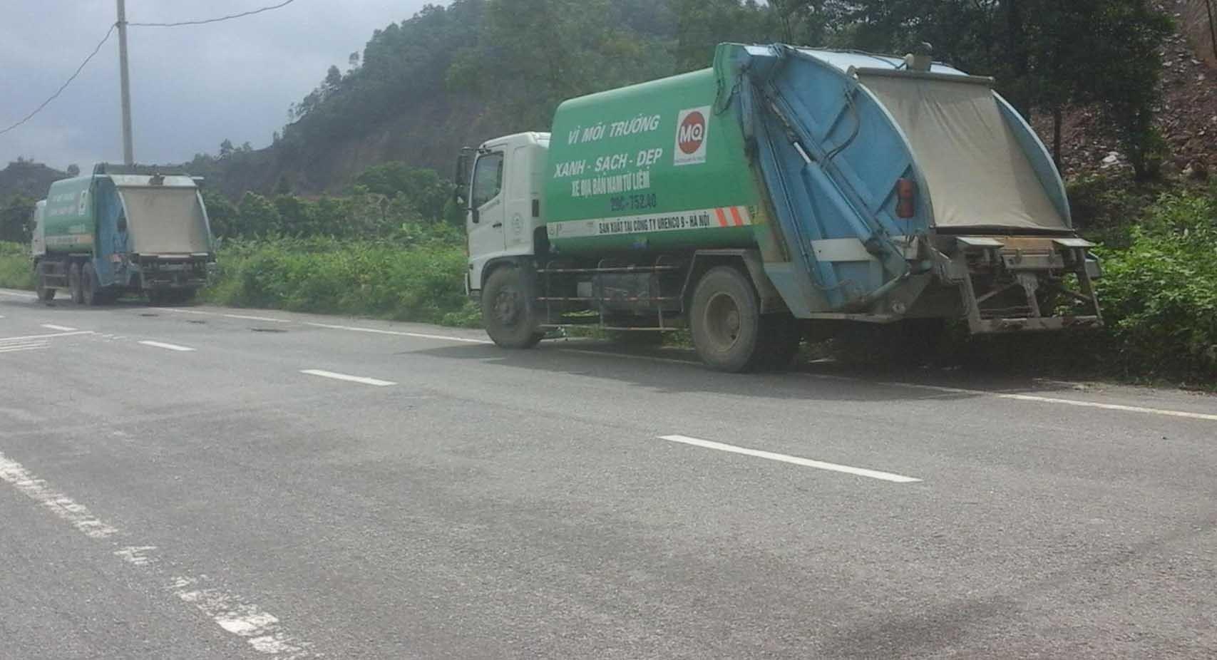 Dân Hà Nội lập chốt chặn xe rác, ngăn ruồi tấn công