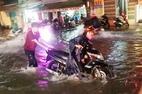 Mưa như thác đổ, đường Sài Gòn chìm trong biển nước
