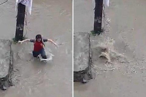 Đường ngập, nữ sinh rơi xuống cống và thoát chết kỳ diệu