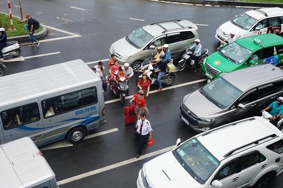Cửa ngõ sân bay Tân Sơn Nhất kẹt không nhúc nhích