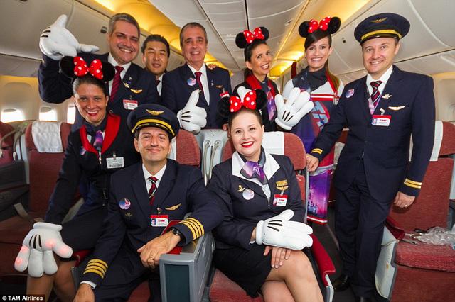 Tiêu chuẩn khắt khe của tiếp viên hàng không: cao và xinh chưa đủ