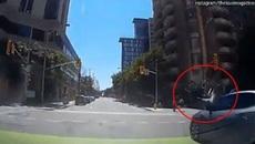 Vượt đèn đỏ, người đi xe đạp bị húc văng lên trời