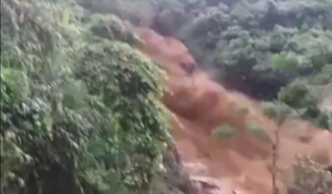 mưa lũ như thác