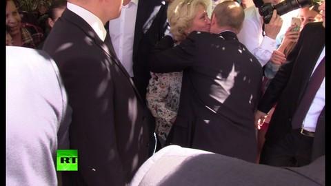 TT Putin được người phụ nữ lạ mặt thơm má