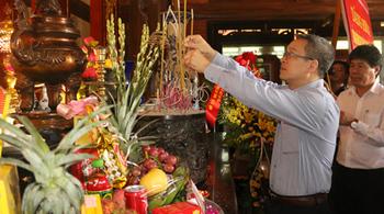Dâng hương kính viếng Bác và anh hùng liệt sĩ tại ATK Định Hóa