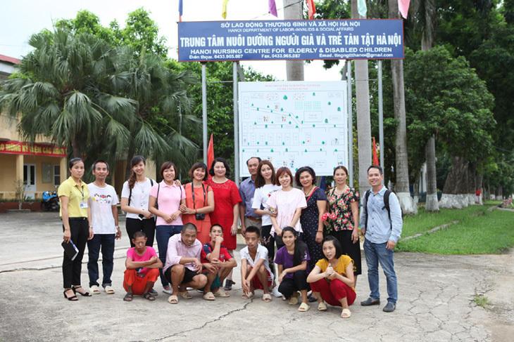 Yan My cùng mẹ trao quà cho trẻ em và người già cô đơn