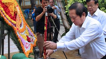 Bộ trưởng Trương Minh Tuấn viếng nghĩa trang liệt sỹ ngành TT&TT