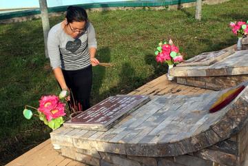 Dâng hương tưởng niệm ở nghĩa trang liệt sĩ tỉnh Bình Thuận