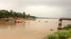 Tàu cát đâm sập cầu, một phụ nữ rơi xuống sông