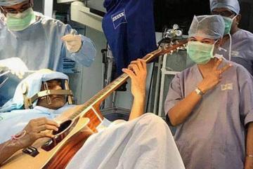 Nghệ sĩ chơi đàn trong lúc mổ não