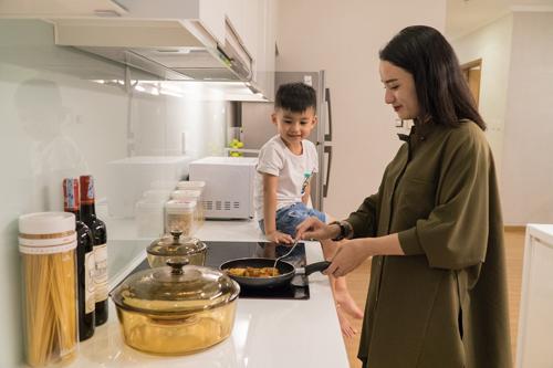 Muốn trẻ tự lập, hãy để con vào bếp