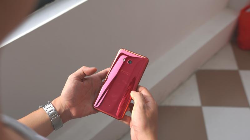 Trên tay HTC U11 Solar Red vừa cập bến thị trường VN, giá 17 triệu đồng