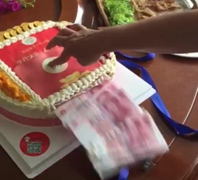 Lấy lòng mẹ chồng, con dâu tự tay làm bánh sinh nhật nhả ra tiền