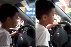 Cho con trai 6 tuổi lái xe ô tô, quay video để... khoe lên mạng