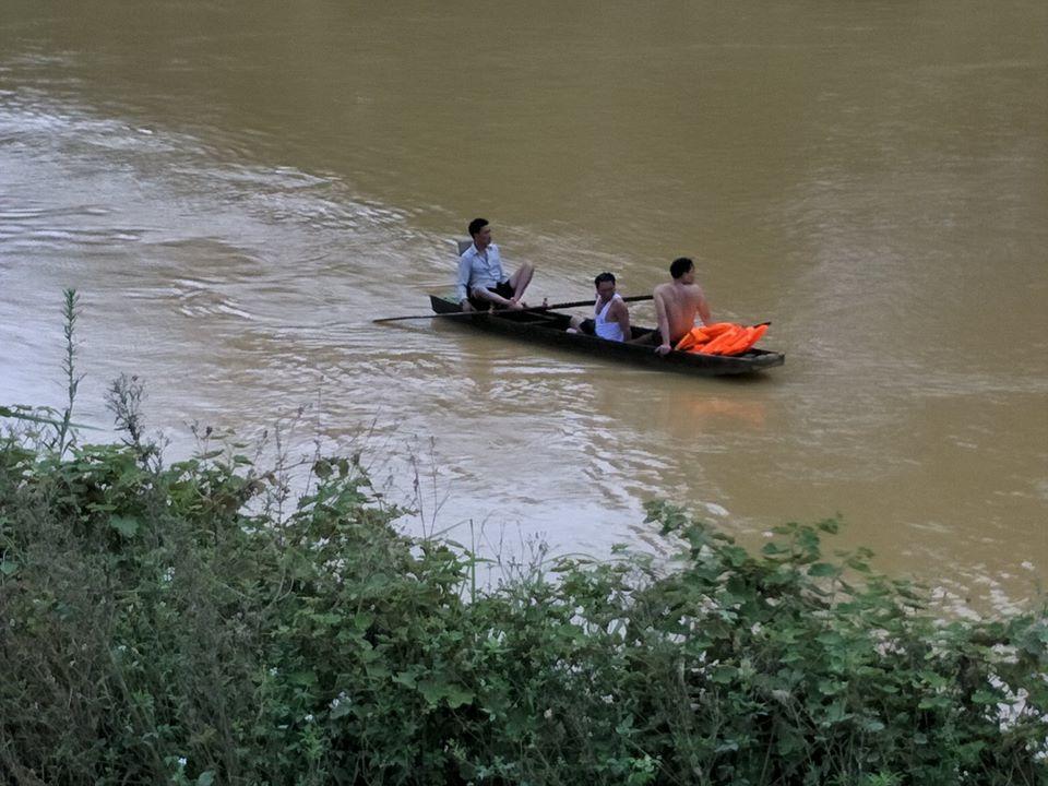 Chở nhau qua cầu, 3 mẹ con bị nước cuốn trôi